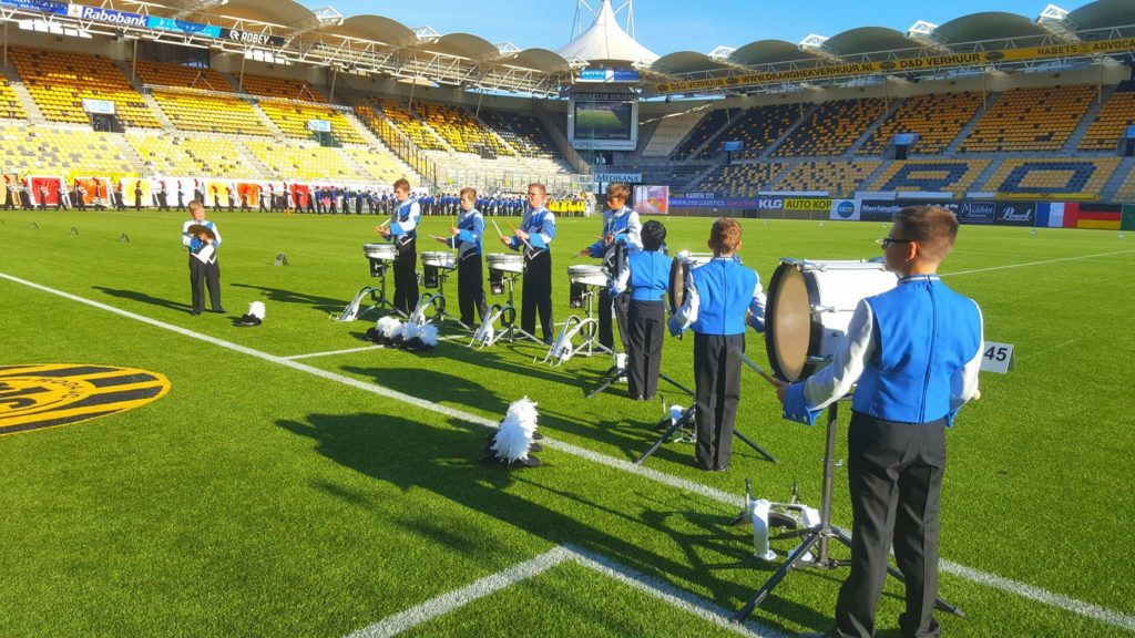 De drumline van Jong-Holland Junioren verzorgt de retreat cadence tijdens de prijsuitreiking